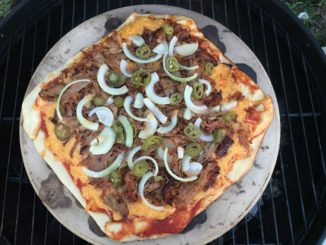 Pizza im Grill auf dem Pizzastein