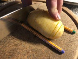 Fächerkartoffeln schneiden
