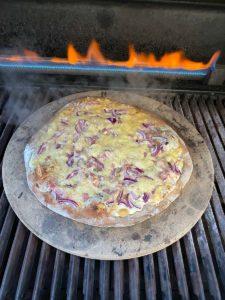 Pizza auf dem Gasgrill