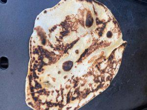 Naan Brot auf dem Plancha Grill